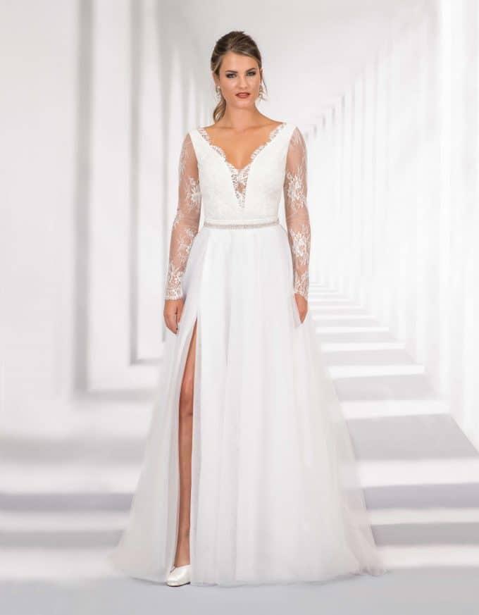 Langes Brautkleid mit Spitzenoberteil und hohem Schlitz von vorne