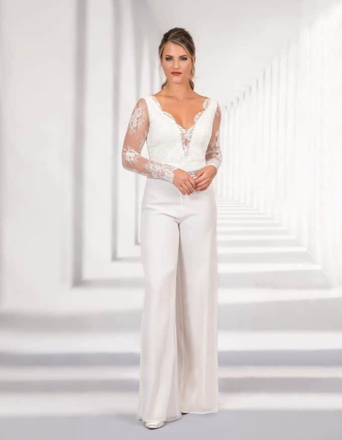 Eleganter Braut Jumpsuit mit Spitzenoberteil von vorne