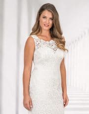 Kurzes Brautkleid mit Spitze und breiten Trägern von hinten