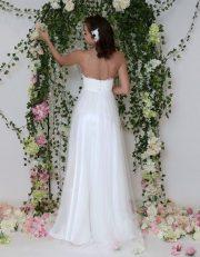 chlicht-elegantes Brautkleid mit flitzendem Tüllrock und Spitzenoberteil