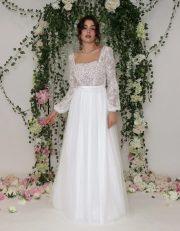 Romantisches Hochzeitskleid mit Puffärmel, transparentem Spitzenoberteil, kleinem Blüten Applikationen und lässigem Softtüllrock
