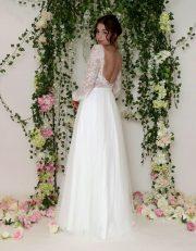 Sexy RückenansichtBrautkleid Sarala mit Puffärmel und transparentem Spitzenoberteil, kleinem Blüten Applikationen und lässigem Softtüllrock