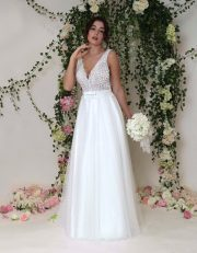 Vintage Brautkleid mit kleinem Blütenapplikationen, leichtem transparenten Spitzenoberteil und flitzendem Tüllrock