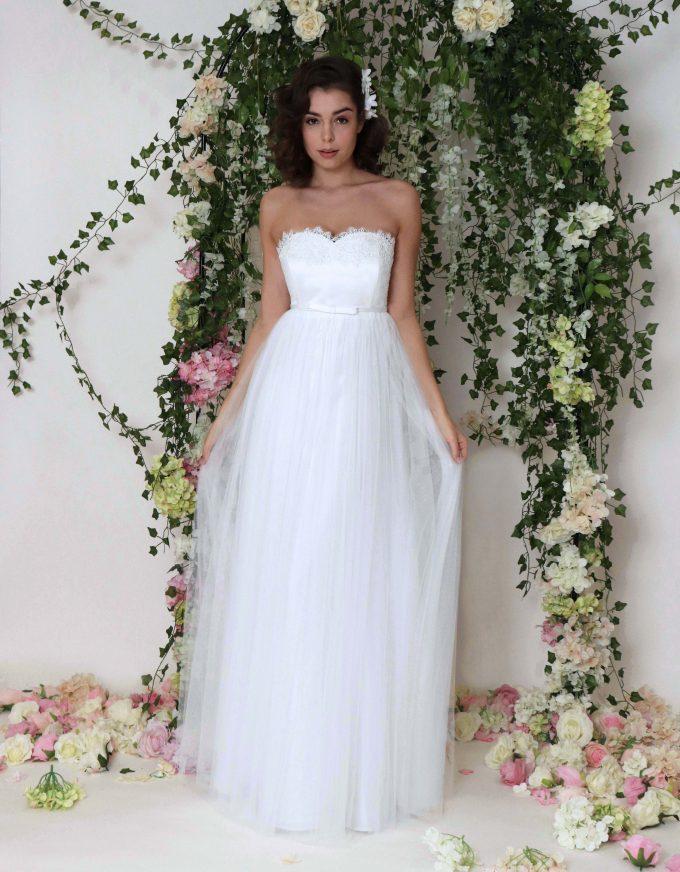Schlicht-elegantes Brautkleid mit leichtem fließendem Tüllrock und Spitzenoberteil