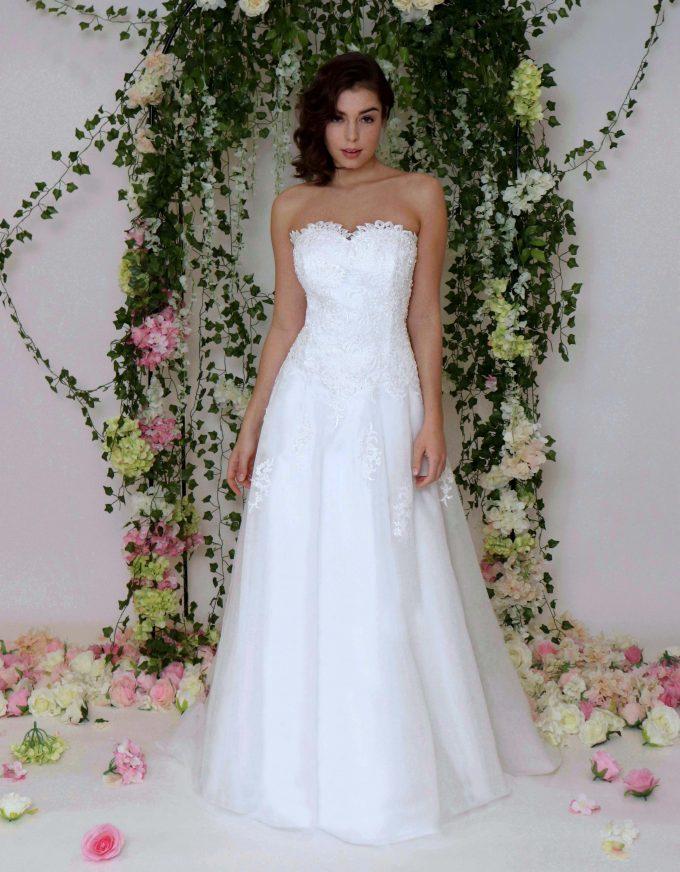 Corsagen-Brautkleid mit Tüllrock und wunderschönen Perlen Spitzenoberteil